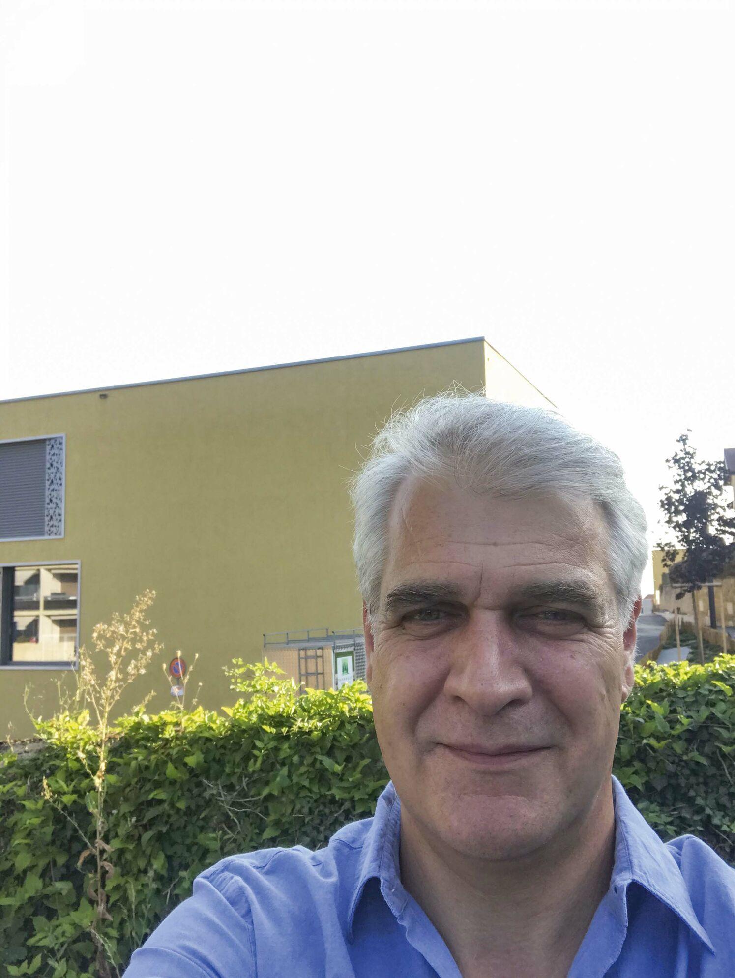 Alexis Bolle  Avocat – conseil aux entreprises ; féru de sport, de lecture et de sa famille ; il est naturel pour lui de se mettre à disposition de son vil¬lage ; tient à ce que la Commune soit attentive à l'économie d'énergie et souhaite défendre les intérêts de Saint-Blaise en cas de fusion.